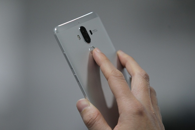 El sensor de huellas se ubica en la parte trasera del dispositivo. (Foto Prensa Libre: Keneth Cruz).