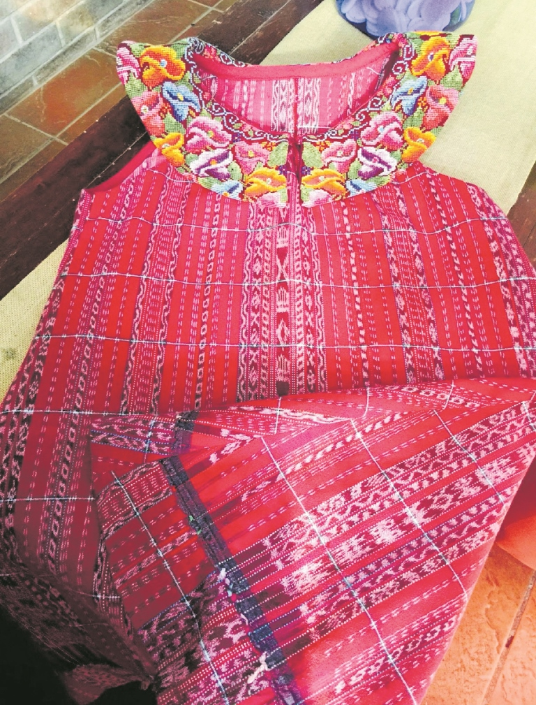 La joven  busca exaltar el trabajo artesanal en cada una de sus piezas, como en este vestido que en el cuello tiene un diseño de flores elaborado a mano. (Foto Prensa Libre: downtoxjabelle)