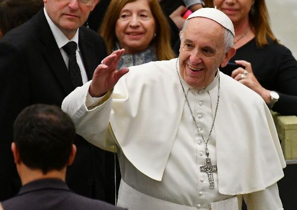 El Papa saluda a la multitud durante su audiencia general semanal. (AFP).