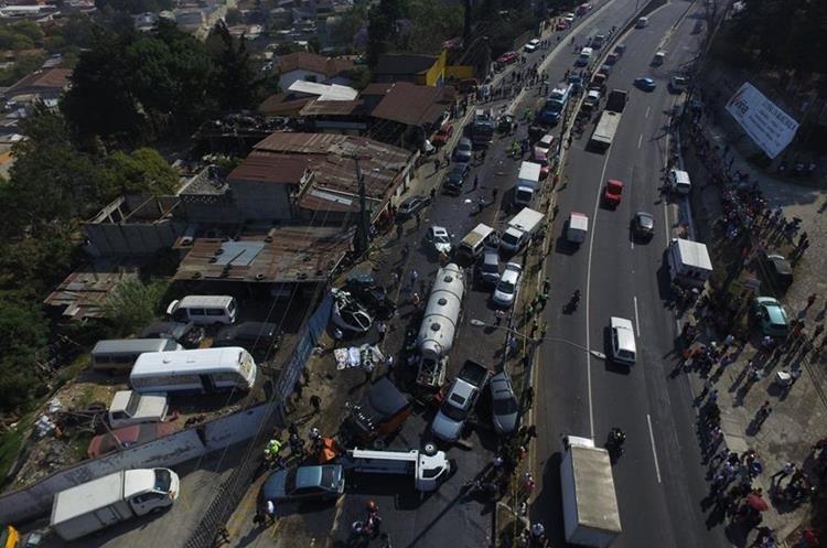 Vista aérea del lugar donde ocurrió la tragedia en el ingreso a Ciudad San Cristóbal, sobre el puente en ruta Interamericana, Km 18.5. (Foto Prensa Libre: Estuardo Paredes)