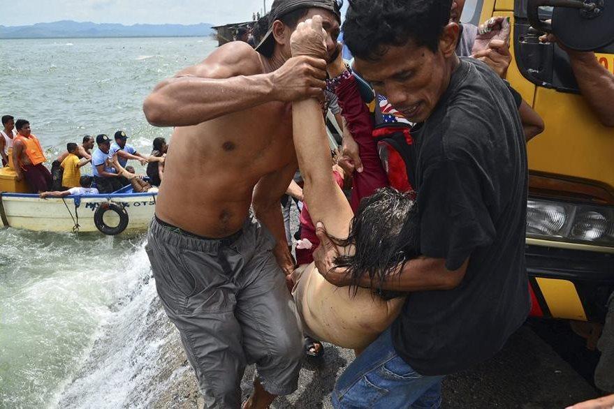 Varias personas son rescatadas tras el naufragio. (Foto Prensa Libre: EFE)