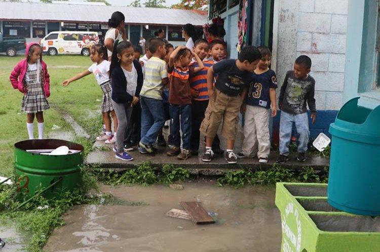 Cada época lluviosa, los infantes de la escuela deben lidiar con el problema de las inundaciones. (Foto Prensa Libre: Rigoberto Escobar)