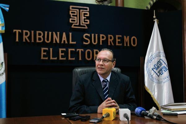El auditor del TSE Sergio Chinchilla informó sobre el atraso en los informes financieros. (Foto Prensa Libre: Paulo Raquec)