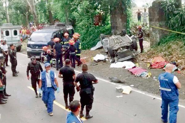 SOCORRISTAS Y policías observan la escena del fatal accidente en el kilómetro 115 de la ruta entre Cocales y Patulul, Suchitepéquez.