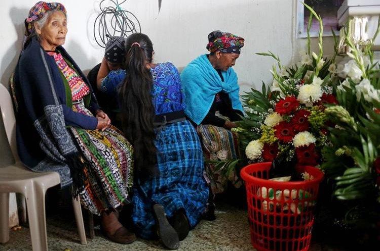 Durante la mañana de este sábado se llevo a cabo un servicio religioso en el velatorio de Claudia Gómez.