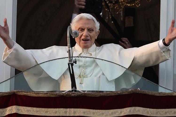 El Papa Benedicto XVI da su último mensaje en el balcón del Palacio de Castel Gandolfo el 28 de febrero de 2013. (Foto: AP)