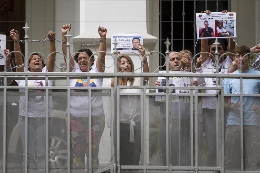 Un grupo de familiares de políticos venezolanos presos se encadenó la semana última frente a la sede de la Nunciatura Apostólica en Caracas. (Foto Prensa Libre: EFE).