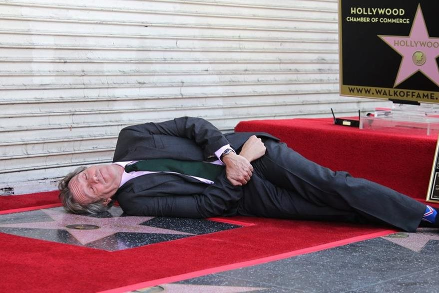 El actor británico Hugh Laurie posa sobre su estrella en la ceremonia donde recibió una estrella en el Paseo de la Fama (Foto Prensa Libre: EFE)