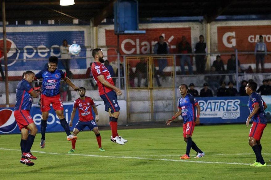 Hamilton López cabecea el balón en una acción del partido. (Foto Prensa Libre: Carlos Ventura)