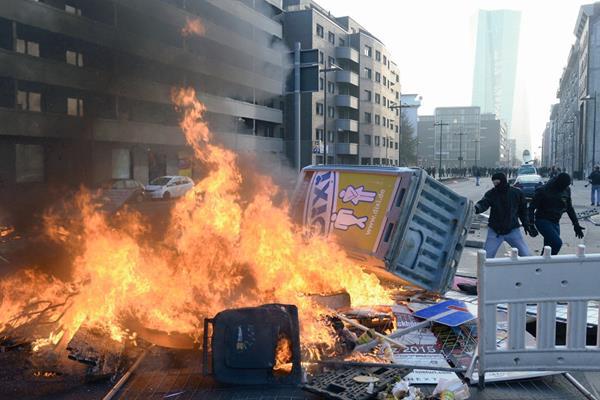 -Manifestantes prenden barricadas durante una protesta en Fráncfort ,Alemania.(Foto Prensa Libre:EFE