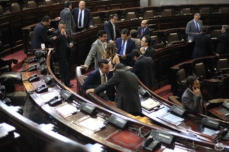 Diputados conversan en Hemiciclo Parlamentario, el día que les depositaron el Bono 14 solo sobre salario base. (Foto Prensa Libre: Esbin García)