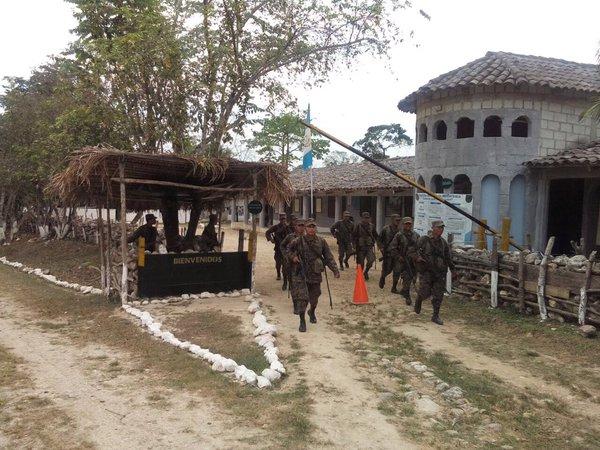 Soldados destacados en Modesto Méndez patrullan la zona de adyacencia. (Foto Prensa Libre: @Ejercito_GT)