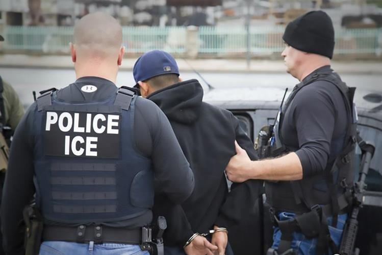 Los oficiales de Inmigración de Estados Unidos, también conocidos como ICE, llevan a cabo un operativo contra indocumentados.(Foto HemerotrecaPL).