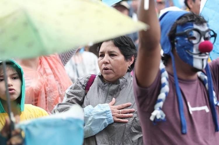 Ciudadanos gritan consignas contra Jimmy Morales y a favor de Iván Velásquez. (Foto Prensa Libre: Juan Diego González)