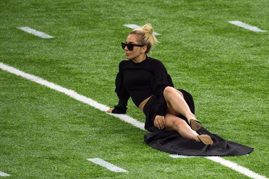 La cantante se recostó en la gramilla del estadio y en un descuido mostró su ropa interior. (Foto Prensa Libre: AFP)