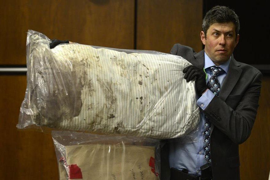 Un perito muestra las pruebas que incriminaron a Dynel Lane. (Foto Prensa Libre: AP).