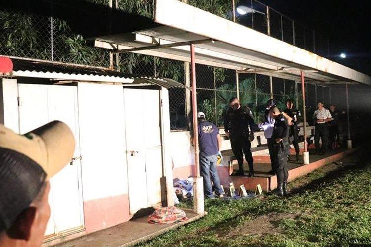 Agentes de la PNC y fiscales del MP, llegan a la escena del crimen. (Foto Prensa Libre: Cristian Soto)