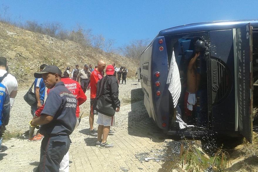 Miembros del equipo de emergencia realizan una inspección donde se accidentaron los jugadores del Huracán. (Foto Prensa Libre: AP)