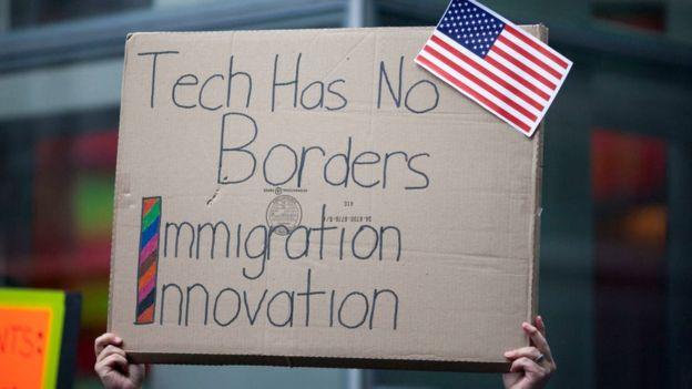 """Un cartel en una protesta en EE.UU. contra Trump decía: """"La tecnología no tiene fronteras"""", junto a las palabras """"inmigración"""" e """"innovación"""". (GETTY IMAGES)"""