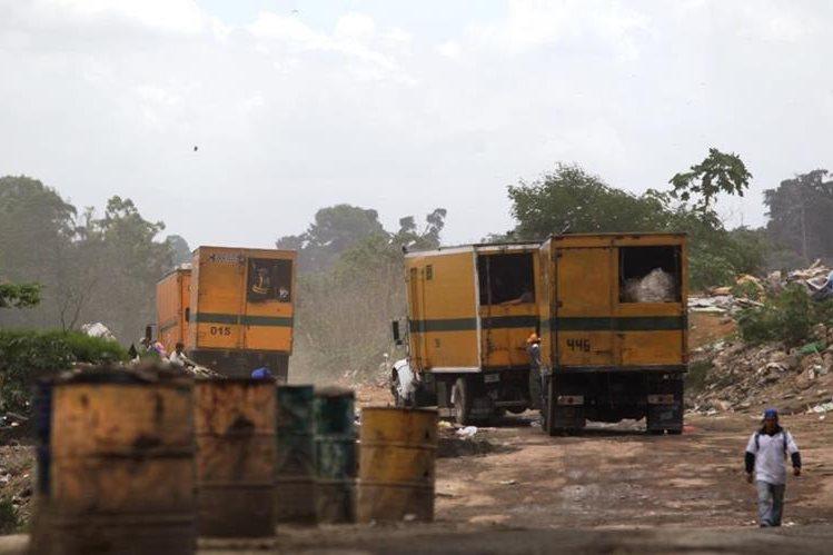 Los recolectores de deshechos en el relleno sanitario de la zona 3, trabajan sin ningun tipo de protección. (Foto Prensa Libre: E. Bercian)