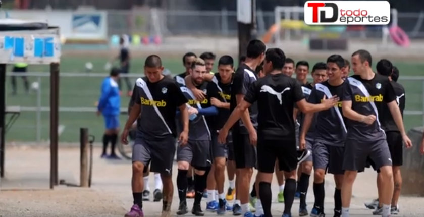 Los jugadores de Comunicaciones optaron por correr en grupo para evitar dar declaraciones a la prensa deportiva. (Foto Prensa Libre: Jeniffer Gómez)