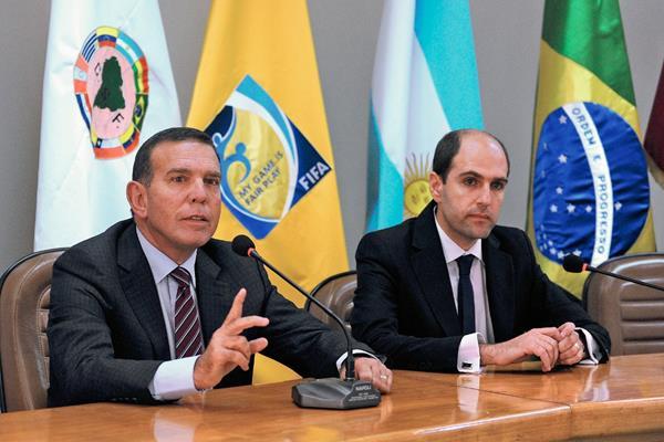 EL presidente de la Conmebol Juan Angel Napout  y el presidente de la Federación de Fubol de Chile Sergio Jaude anunciaron en noviembre recién pasado las regulaciones de la Copa América 2015. (Foto Prensa Libre Hemeroteca PL)