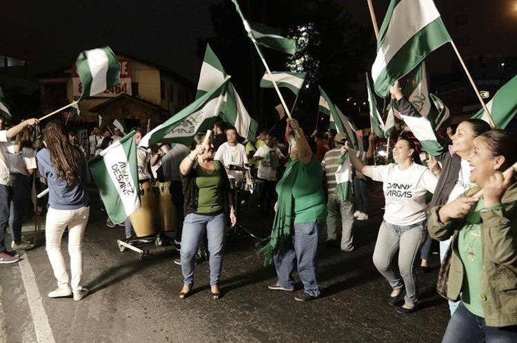 Simpatizantes del candidato Antonio Álvarez Desanti, del Partido Liberación Nacional. (Foto Prensa Libre: EFE)