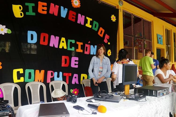 Estudiantes de la escuela oficial rural mixta Francisco Vela, de San Felipe, Retalhuleu, reciben computadoras portátiles. (Foto Prensa Libre: Rolando Miranda)