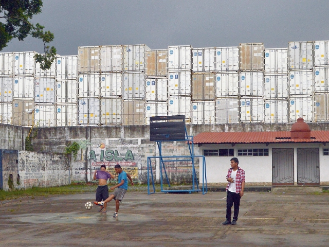 Apenas el viernes pasado  los furgones se acumulaban en la Empresa Portuaria Santo Tomás de Castilla.