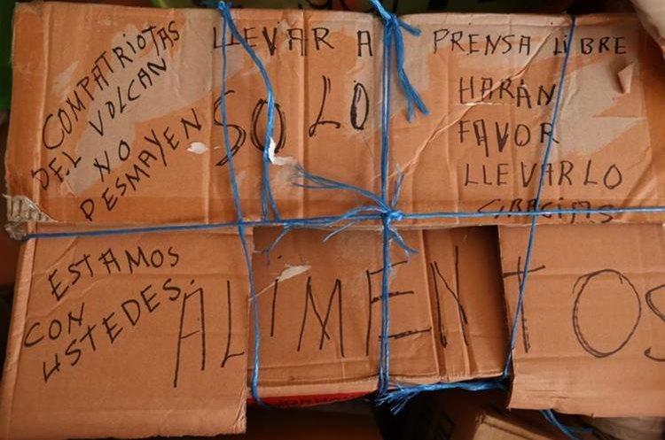 Mensajes de apoyo en una de las cajas de víveres que serán entregadas a los sobrevivientes (Foto Prensa Libre: Esbin García).