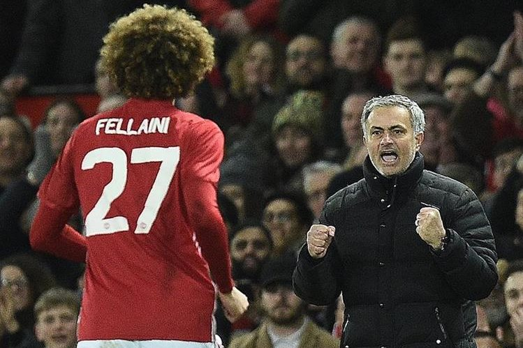 Fellaini festeja con José Mourinho después de marcar. (Foto Prensa Libre: AFP)