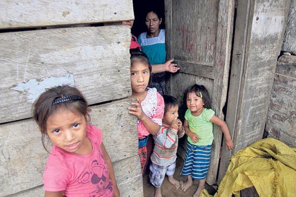 <p>Una familia de San Vicente Cimientos, Escuintla, continúa su rutina cotidiana pese a los retumbos.</p>