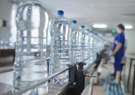 El agua embotellada es un negocio que no necesita de una gran estructura ni de una abultada inversión inicial en Guatemala. (Foto Prensa Libre: Shutterstock)