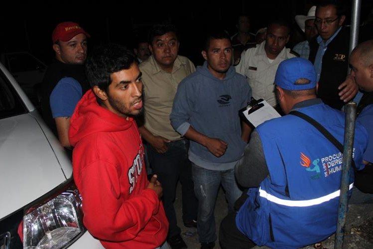 Tres de las nueve personas que permanecieron retenidas en la aldea Belejú, Chicamán, Quiché. (Foto Prensa Libre: Óscar Figueroa)