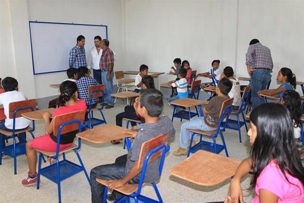 Las aulas de la escuela también cuentan con pupitres nuevos. (Foto Prensa Libre: Carlos Paredes)