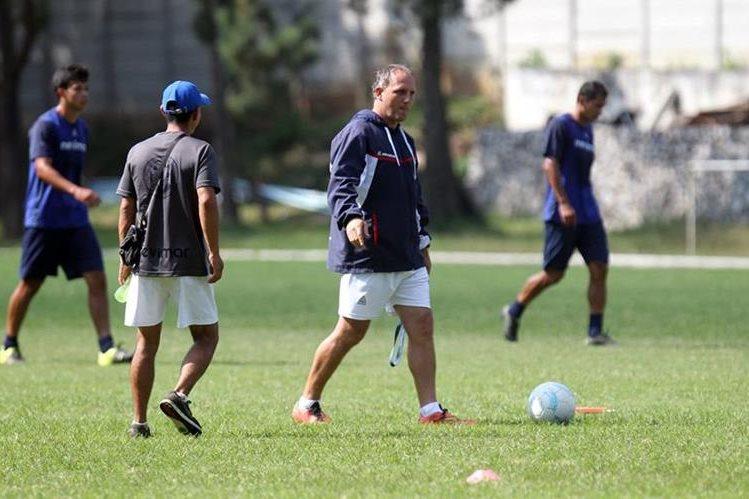 El entrenador argentino le ha dado otra visión de juego a los universitarios. (Foto Prensa Libre: Carlos Vicente)