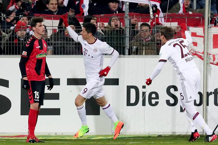 Robert Lewandowski festeja el gol, en tiempo de reposición, que le dio el triunfo al Bayern Munich. (Foto Prensa Libre: EFE)