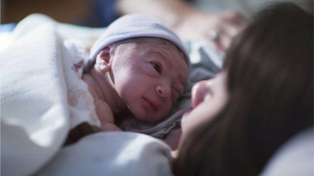 """Cuando hay contacto piel con piel aproximadamente a los 35 minutos de nacer el bebé puede """"gatear"""" por el pecho de la madre buscando la mama. GETTY IMAGES"""