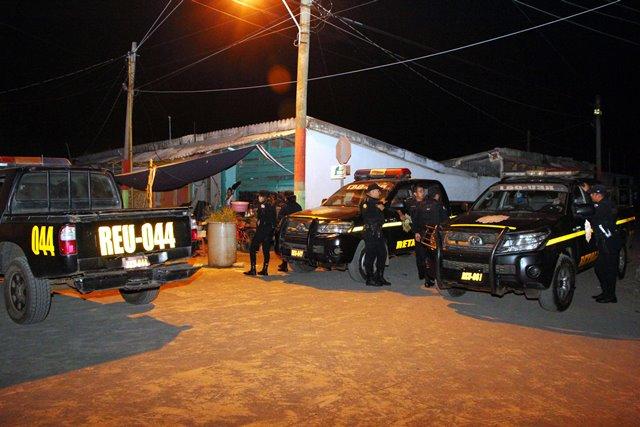 Agentes de la PNC fueron agredidos por integrantes de la Inspectoría General. (Foto Prensa Libre: Rolando Miranda)