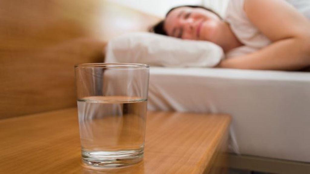 ¿Siempre tienes un vaso de agua al lado de la cama? (THINKSTOCK)