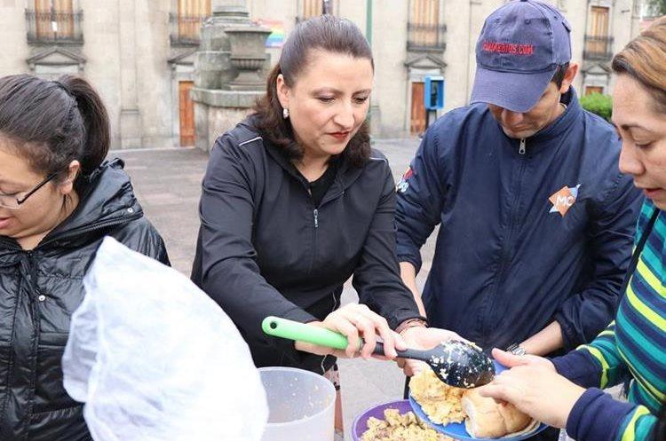 """Operación Panito lleva alimentos a indigentes en Quetzaltenango, lo que es """"una gota de agua en medio del océano de sufrimiento""""."""