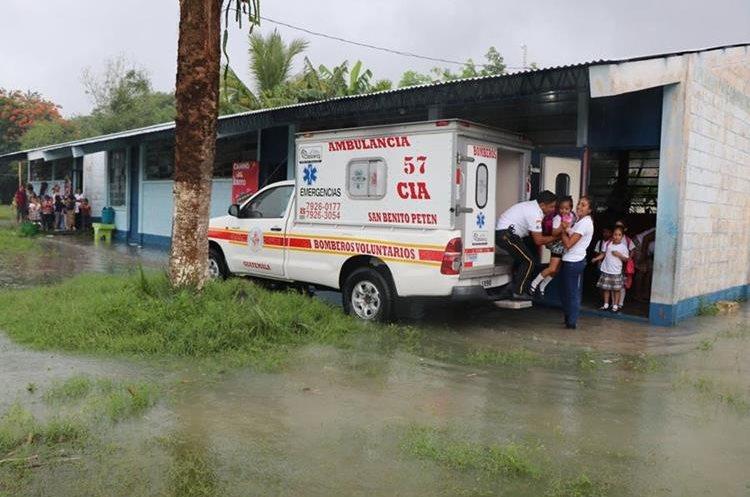 Socorristas de Bomberos Voluntarios participan en el rescate de los menores. (Foto Prensa Libre: Rigoberto Escobar)