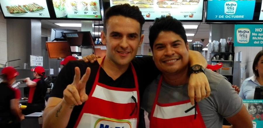 Carlos Peña y Napoleón Robleto graban una nueva canción titulada Lo que sea pero contigo. (Foto Prensa Libre: Ana Lucía Ola)