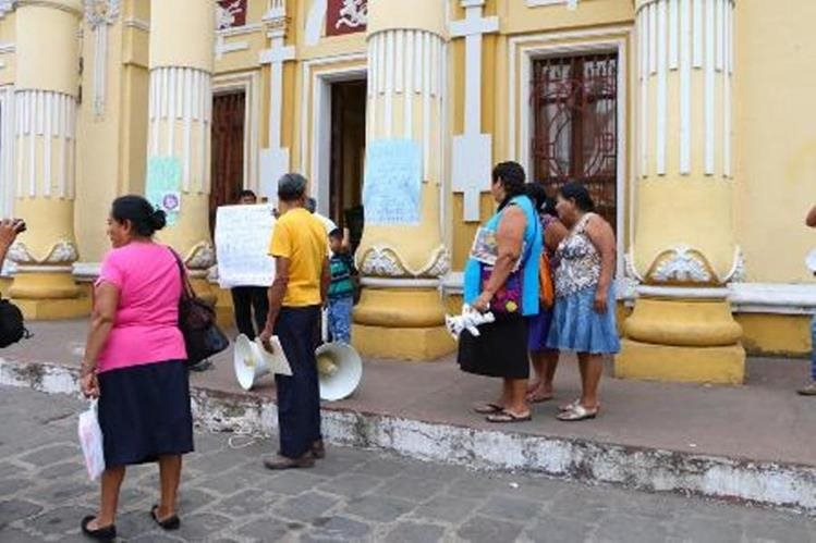 Grupo de vecinos se manifiesta en la cabecera de Retalhuleu. (Foto Prensa Libre: Rolando Miranda).