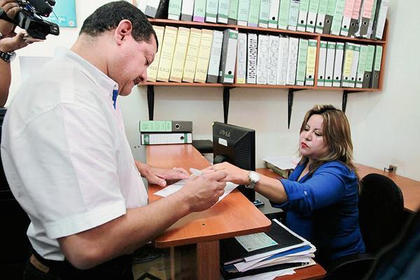 José Antonio Coro, alcalde de Santa Catarina Pinula, presentó su renuncia al PP en el Registro de Ciudadanos del TSE. (Foto Prensa Libre: Paulo Racquec).