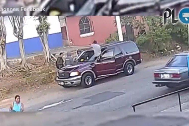 Una cámara de seguridad capta el momento que delincuentes roban a un motorista y un peatón en la zona 12. (Foto Prensa Libre: Facebook)