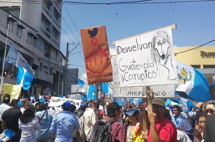 Ciudadanos usar carteles para expresar sus inconformidades. (Foto Prensa Libre: Alex Rojas)