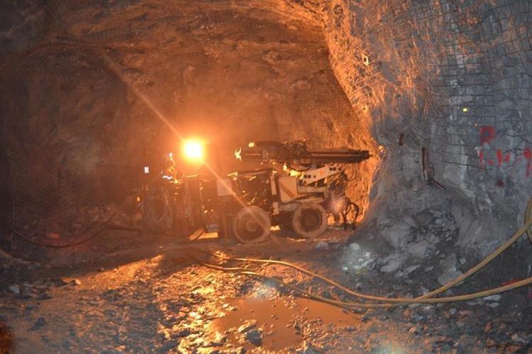 Maquinaria excava en uno de los túneles de la mina Marlin, en San Miguel Ixtahuacán, San Marcos. (Foto HemerotecaPL)