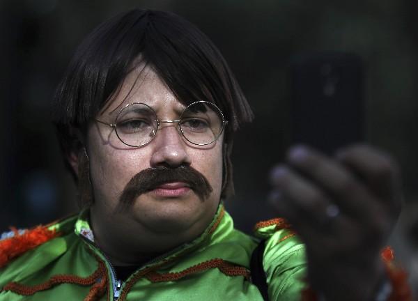 Fanáticos mexicanos participan en la jornada de disfraces de Los Beatles. (Foto Prensa Libre: Agencias)