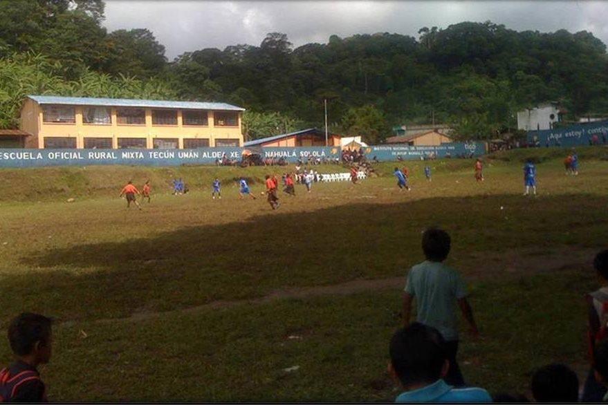 El deportivo  Xejuyup,  durante un encuentro contra un equipo de  maestros locales. (Foto Prensa Libre: Édgar Sáenz)